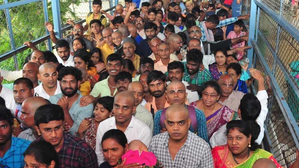 तिरुपति मंदिर में उमड़ी भक्तों की भारी भीड़, दर्शन के लिए लगी 2 किमी. लंबी लाइन