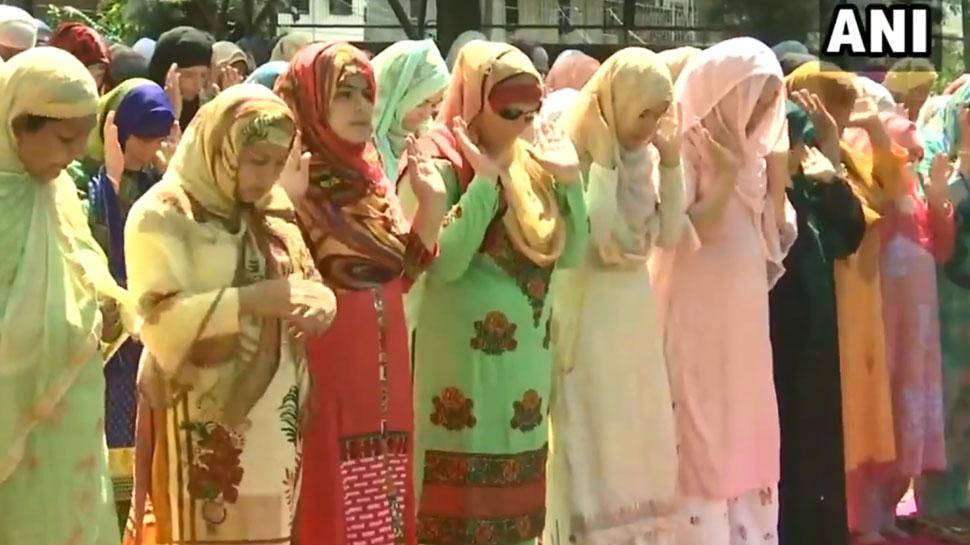 LIVE: जम्मू-कश्मीर में दिख रही बकरीद की रौनक, श्रीनगर में महिलाओं ने भी अदा की नमाज