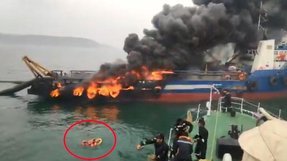 VIDEO: गहरे समुद्र में धू-धूकर जल उठा शिप, 29 क्रू मेंबरों ने लगाई पानी में छलांग, 1 लापता