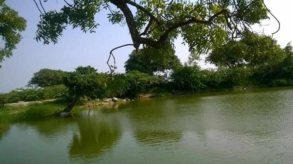 टोंक: तालाब में पानी के रिसाव से दहशत में ग्रामीण, प्रशासन बेखबर