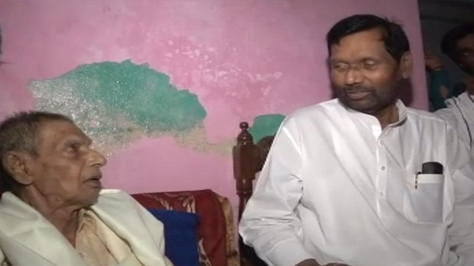 अपने पहले गुरु से मिलकर भावुक हुए रामविलास पासवान, 60 साल बाद हुई मुलाकात