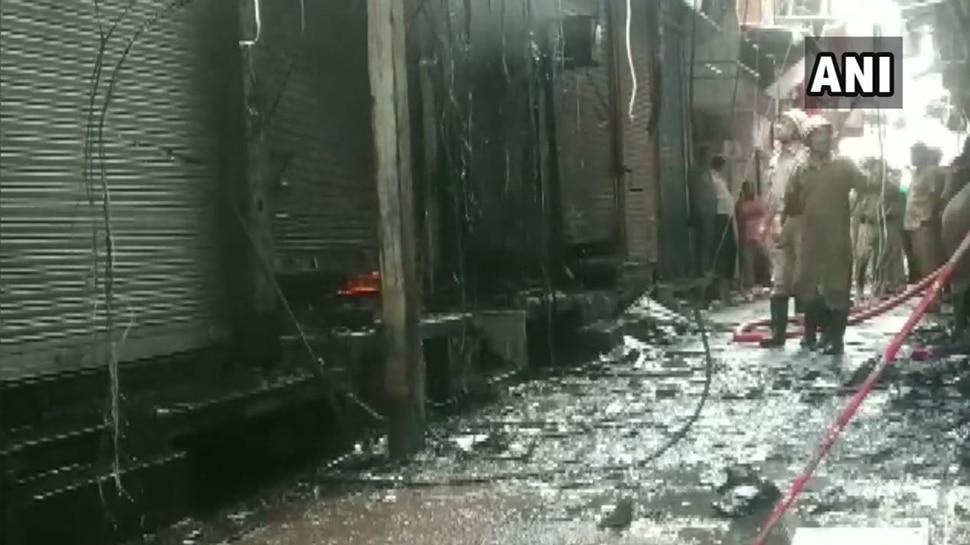 दिल्ली के गांधी नगर इलाके में भीषण आग, फायर ब्रिगेड की 21 गाड़ियां मौके पर