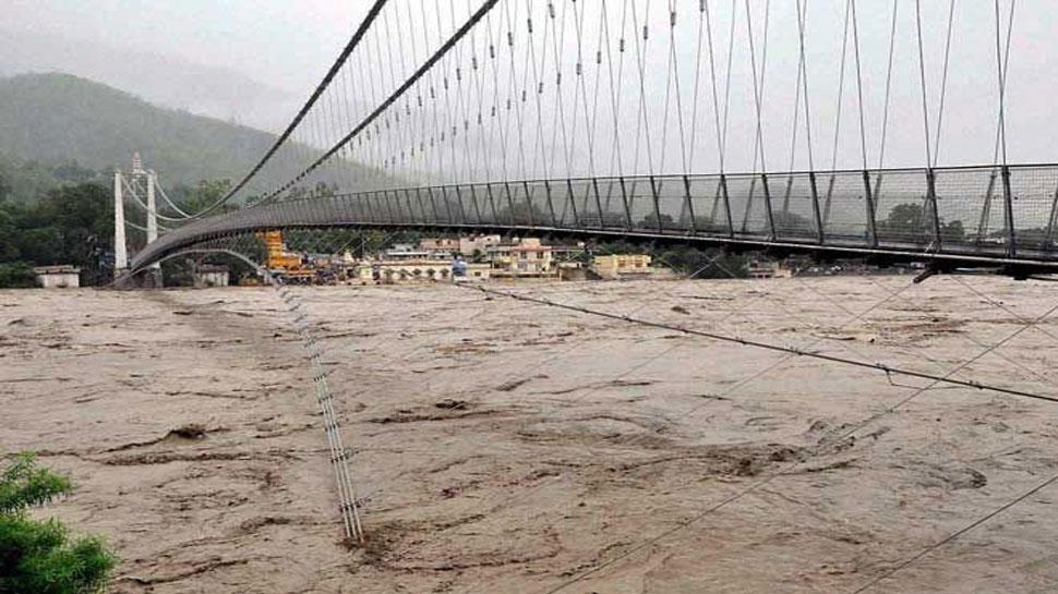 उत्तराखंड में लगातार भारी बारिश से नदियां उफान पर, ऋषिकेश में गंगा नदी खतरे के निशान के पास