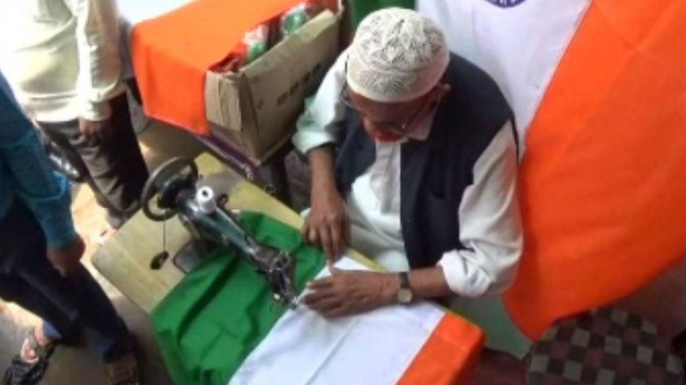 रांची: पिछले 42 सालों से तिरंगे का निर्माण कर रहे अब्दुल सत्तार, ग्राहकों को बताते हैं झंडे का महत्व