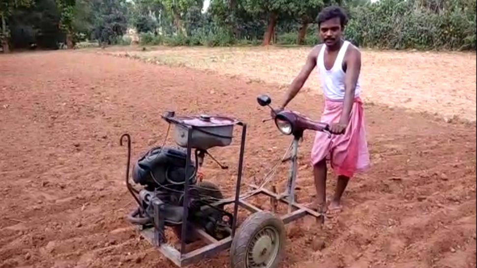 झारखंड: हजारीबाग के किसान ने स्कूटर के इंजन से बनाया हल, किसानों में दिख रहा क्रेज