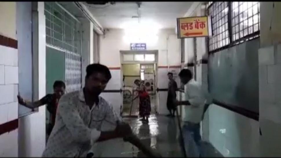 मूसलाधार बारिश से अस्पताल में भरा पानी, मरीजों के साथ डॉक्टर भी हुए परेशान