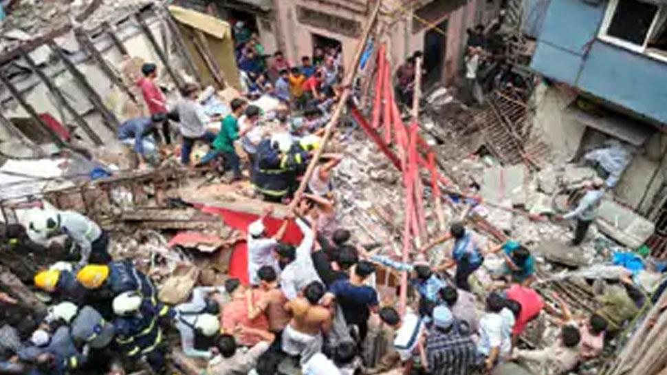 मुंबई: अचानक एक तरफ झुक गई इमारत, बाल-बाल बची लोगों की जान