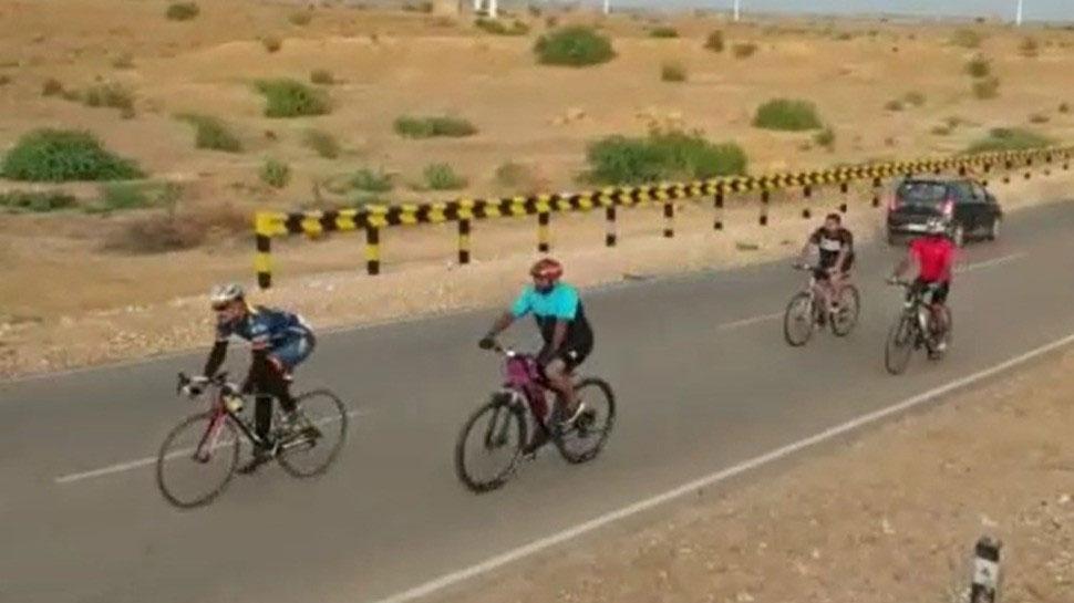 राजस्थान: रातभर साइकिल चला 12 लोग पहुंचे लोंगेवाला, सरहद पर ध्वजारोहण कार्यक्रम में हुए शामिल