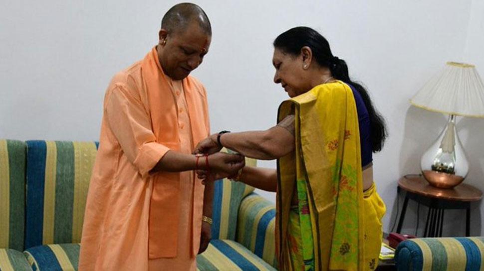 CM योगी ने राज्यपाल आनंदीबेन से राखी बंधवाकर मनाया रक्षाबंधन, तिरंगा भी फहराया