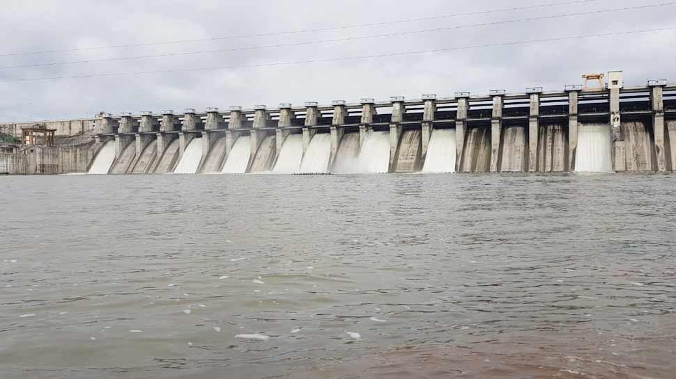 महाराष्ट्र: मराठवाड़ा के सूखाग्रस्त इलाकों में पानी पहुंचाने वाला डैम हुआ लबालब, 8 गेट खोले गए