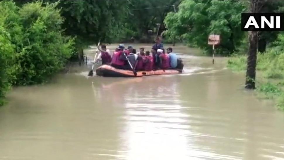 MP: भारी बारिश के बाद उफनती सिंध नदी बीच फंसे 118 लोग, रेस्क्यू टीम ने सुरक्षित बाहर निकाला