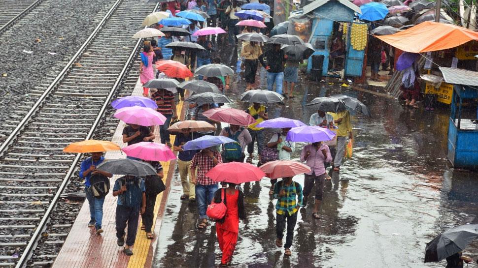 बंगाल में बारिश से ट्रेन, उड़ान सेवा प्रभावित, 3 घायल