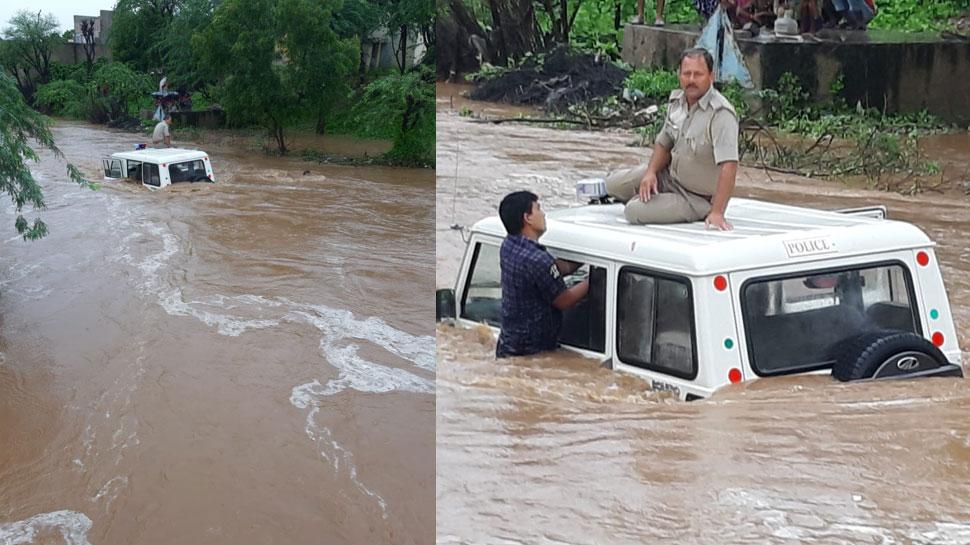 राजस्थान: भारी बारिश से बने बाढ़ जैसे हालात, पानी में फंसी पुलिस की गाड़ी