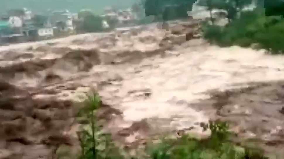 VIDEO: उत्तरकाशी में बादल फटने से भारी तबाही, जान बचाने के लिए लोग जंगल की तरफ भागे