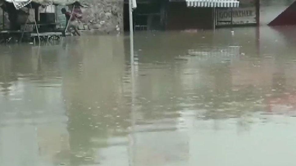 अजमेर: बाढ़ में घिरे 12 लोगों को बचाब दल ने किया रेस्क्यू, छत पर फंसे थे दो परिवार
