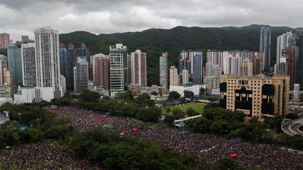 हांगकांग में विरोध प्रदर्शन जारी, 1 लाख से ज्यादा लोग सड़क पर उतरे