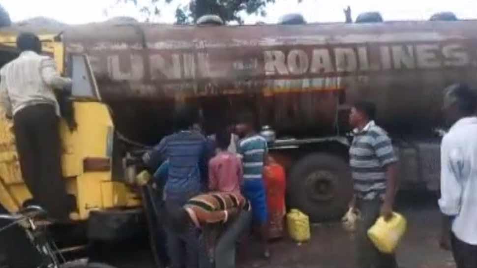 महाराष्ट्र: रिफाइंड ऑयल लेकर जा रहा था टैंकर चंद्रपुर में पलटा, तेल के लिए मच गई लूट
