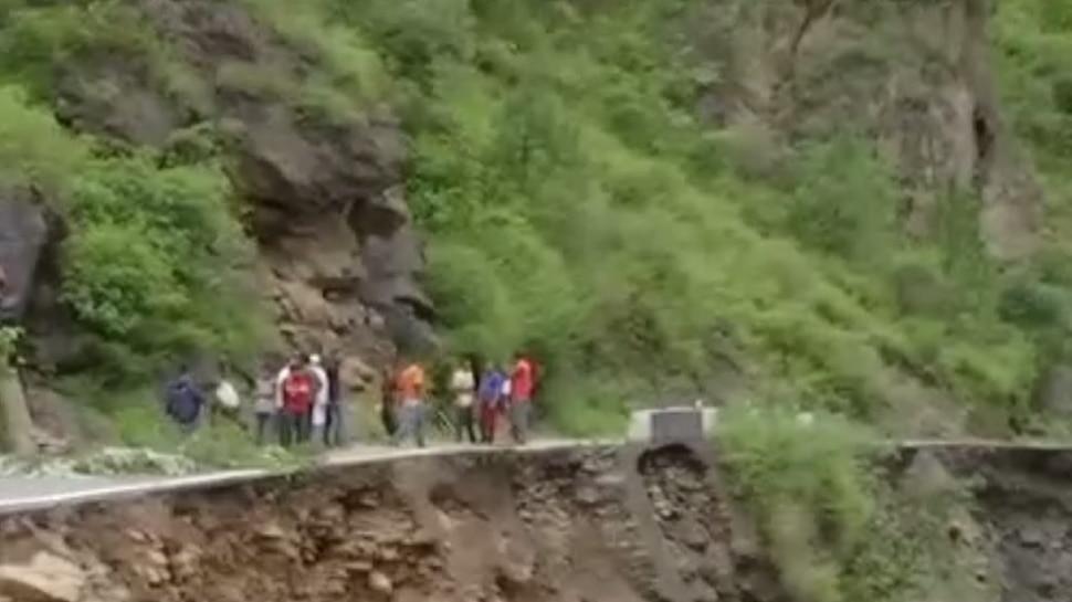 उत्तरकाशी में बादल फटने से नदी में समाई सड़क, 2 की मौत, कई लापता