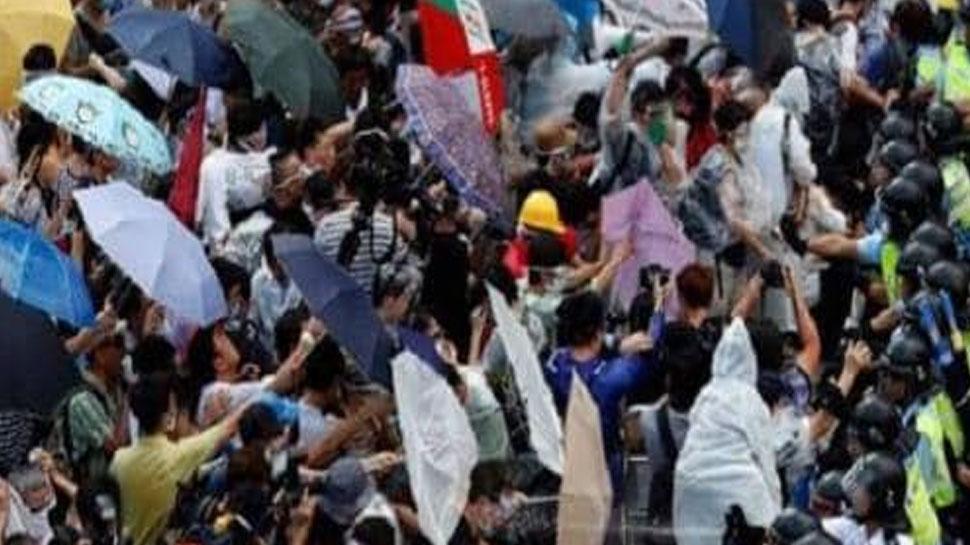 हांगकांग में हजारों लोगों ने सरकार के खिलाफ फिर किया विरोध मार्च