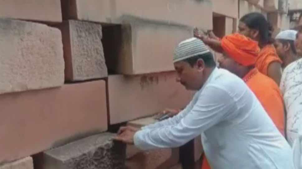 अयोध्या: राम मंदिर निर्माण के लिए मुस्लिम समाज आया आगे, पत्थरों की सफाई कर दिया योगदान