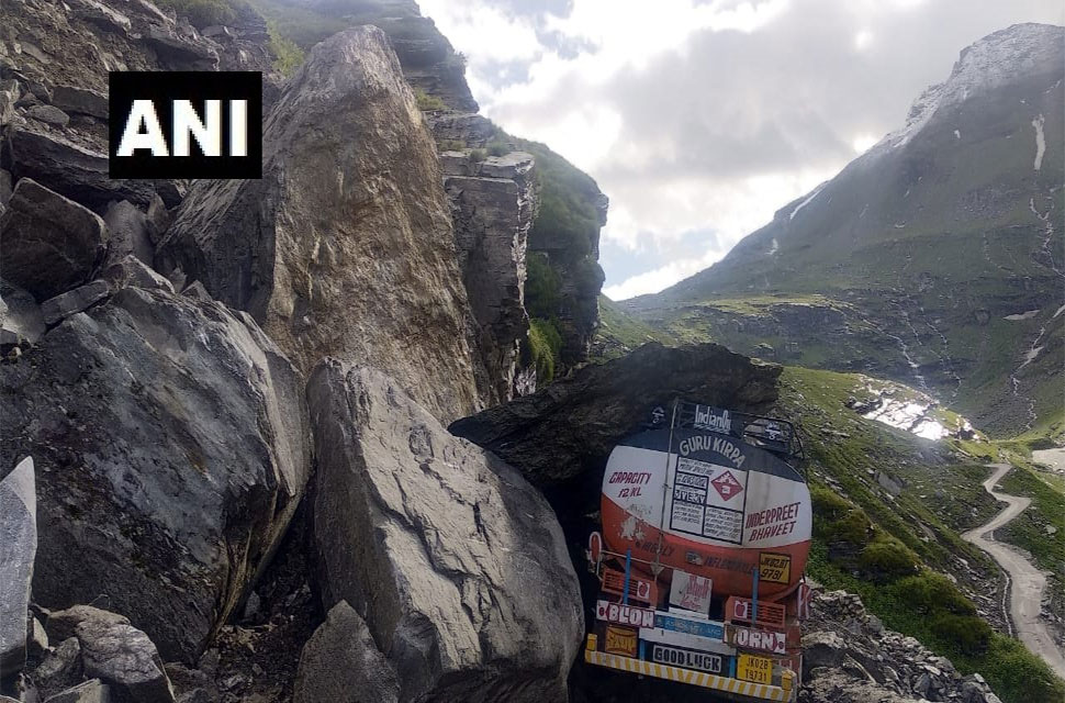 Traffic interrupted on Rohtang-Manali route