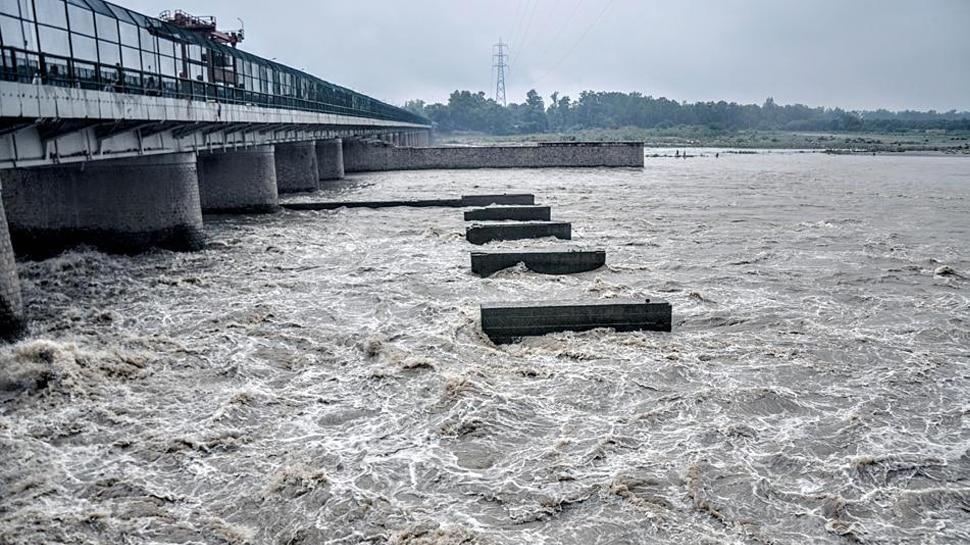 हथिनीकुंड में पानी का लेवल हुआ कम, दिल्ली में टला बाढ़ का खतरा!