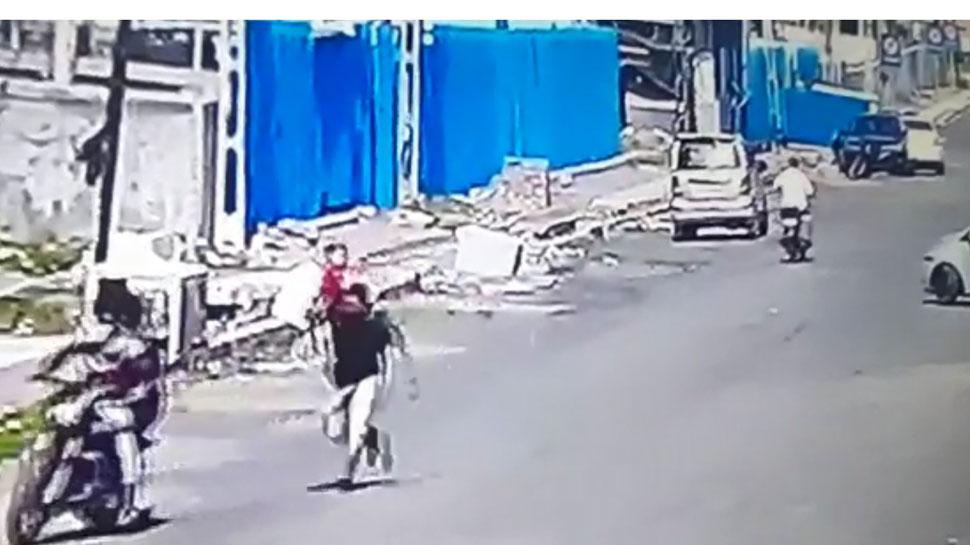 VIDEO: सूरत में दिनदहाड़े बाइक सवार बदमाशों ने झपटी शख्स के गले से चेन, CCTV में कैद हुई पूरी वारादत