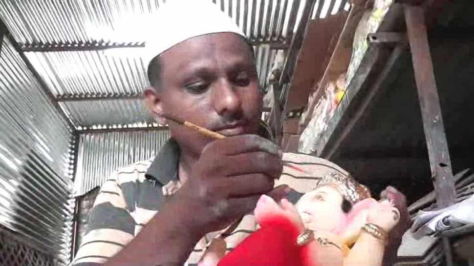 बप्पा की मूर्ति तैयार करता है सोलापुर का यह मुस्लिम मूर्तिकार, कही ये बड़ी बात