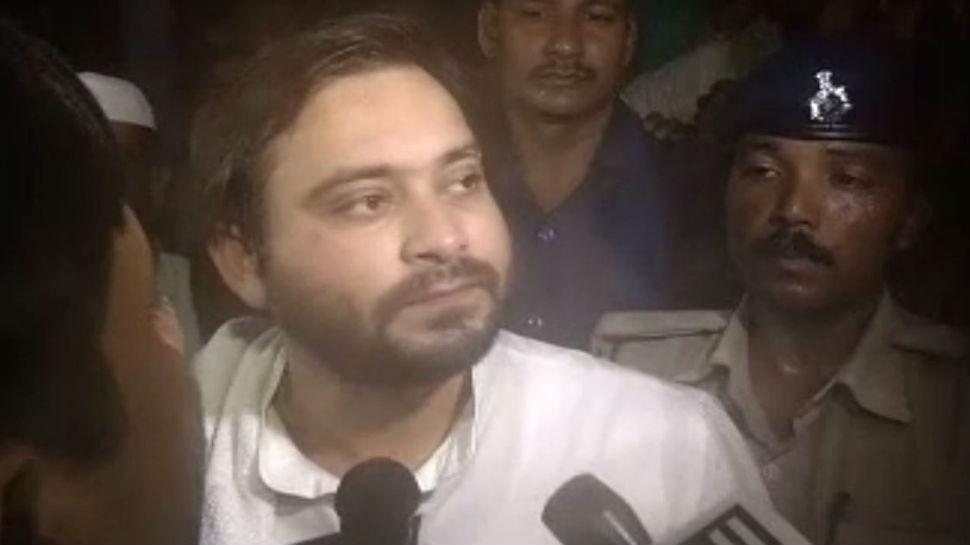 पटना: लंबे समय बाद दिखे तेजस्वी, दूध बाजार तोड़े जाने के विरोध में बैठे धरने पर