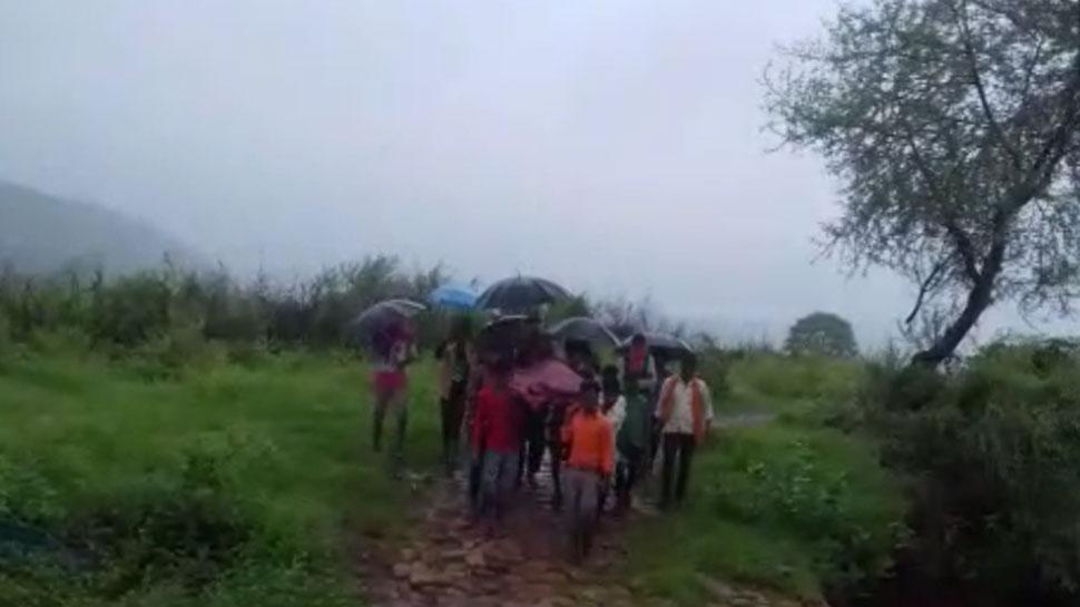 राजस्थान: बीमार व्यक्ति को चारपाई पर ले जाना पड़ता है अस्पताल, पक्की सड़क न होने से परेशान लोग