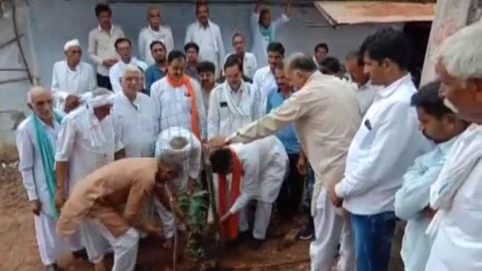 मध्य प्रदेश: ग्रामीणों ने 251 पौधे लगाकर प्रकृति प्रेमी किसान को दी श्रद्धांजलि