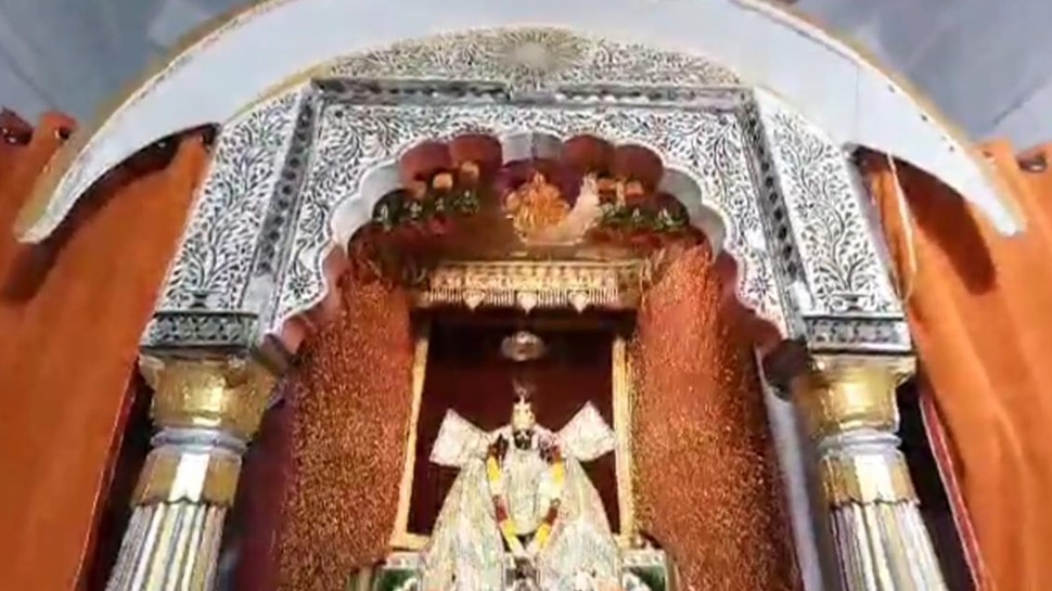 The idol of Lord Dwarakadhish of the temple is also very supernatural