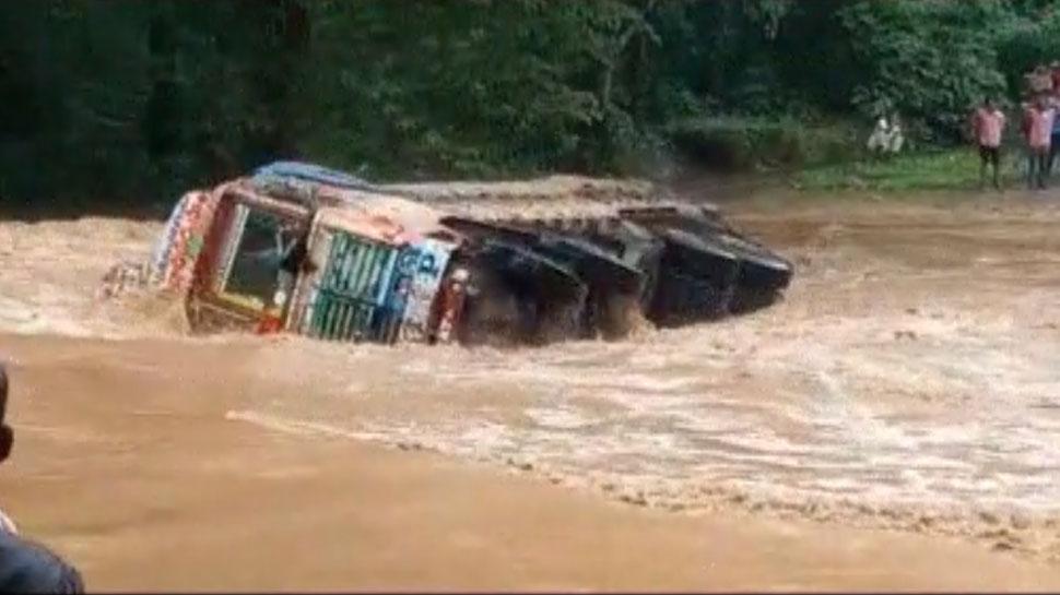VIDEO: उफनती नदी में कागज की नाव की तरह पलट गया ट्रक, बाल-बाल बचे ड्राइवर और कंडक्टर