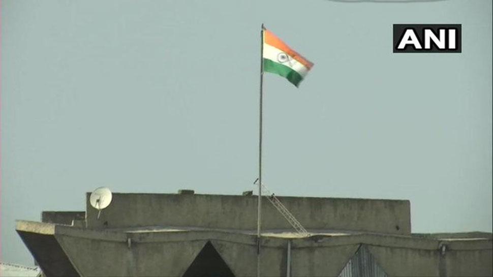 श्रीनगर: सचिवालय से हटाया गया जम्मू-कश्मीर का 'अलग' झंडा, शान से लहरा रहा है तिरंगा