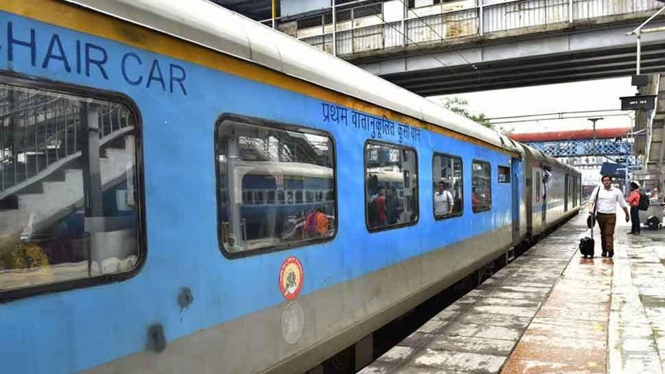 रेल यात्रियों के लिए बड़ी खुशखबरी, Railway इन प्रीमियम ट्रेनों का किराया करेगा 25% तक कम