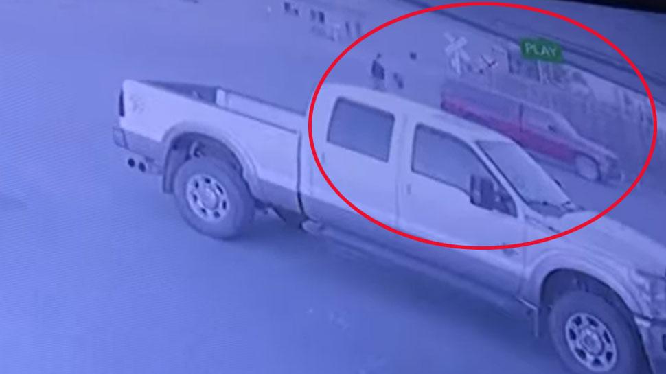 VIDEO: दुकान में चोरी करने पहुंचा था चोर, पार्किंग से उसकी ही कार हो गई चोरी