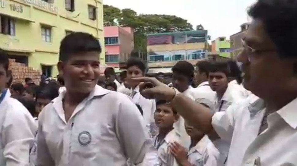 पश्चिम बंगाल: स्कूल के छात्रों को लगा फिल्मस्टार्स के हेयरस्टाइल का चस्का, शिक्षक परेशान