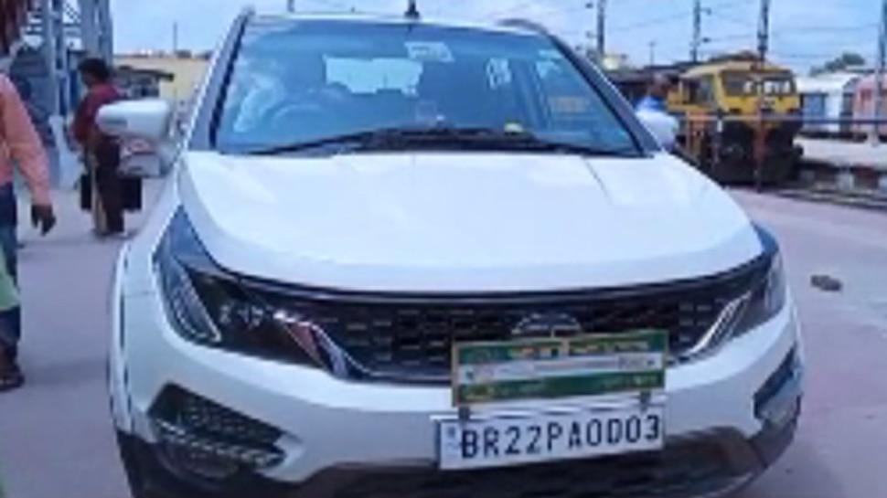 बिहार : ट्रैक से होते हुए प्लेटफॉर्म तक पहुंची JDU सांसद की कार, आरोप-प्रत्यारोप जारी