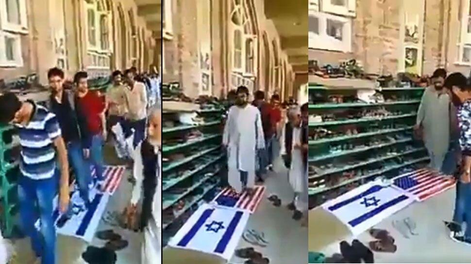 अमेरिका-इजरायल के झंडे का हुआ अपमान, लाइन में लगकर पैरों तले रौंदते दिखे लोग