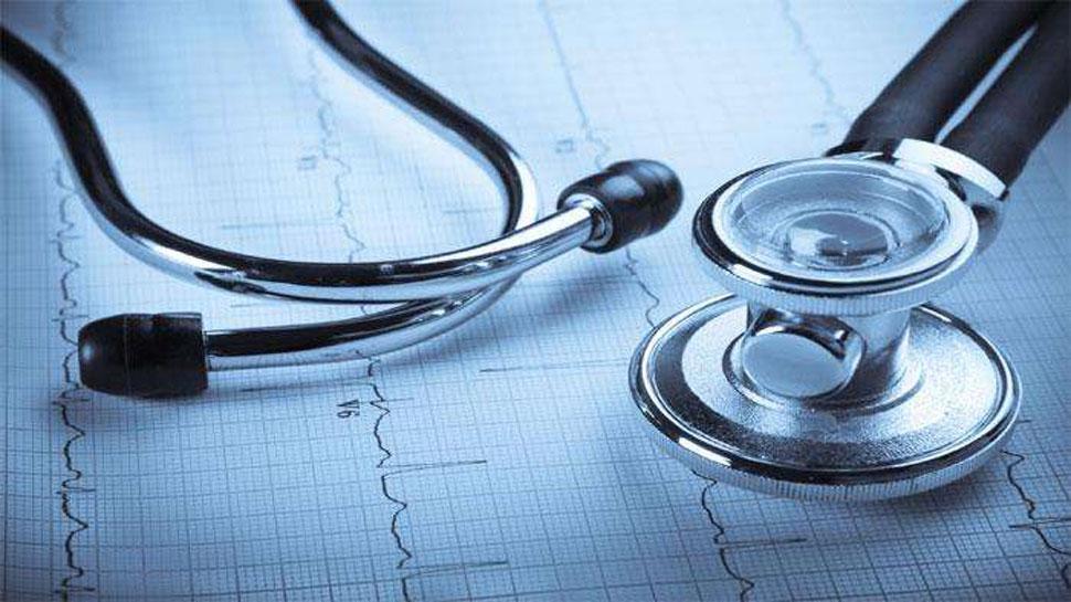 यूपी: शिकोहाबाद में बदहाल स्वास्थय सेवाएं, मोबाइल की रोशनी में हो रहा है अस्पताल में इलाज
