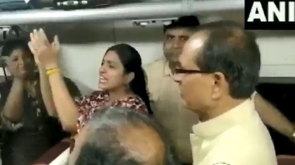VIDEO: चलती ट्रेन में शिवराज ने यात्रियों के साथ गाया भजन-  मेरे राम की दया से सब काम हो रहा है