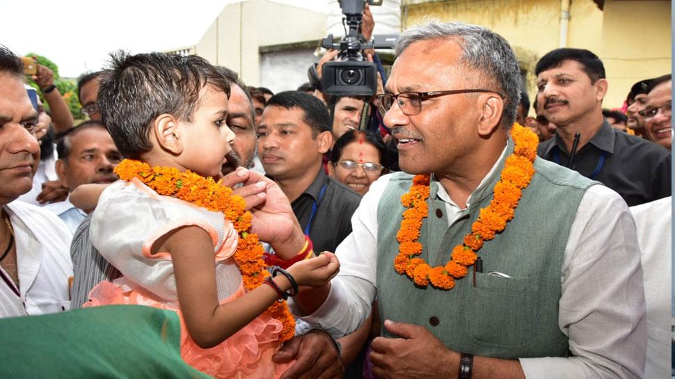 सीएम त्रिवेंद्र रावत ने कुपोषण की शिकार बच्ची को लिया गोद, सरकार चला रही है विशेष अभियान