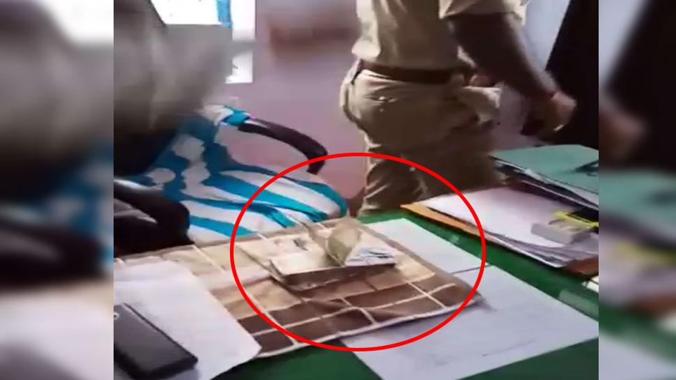 ...जब लोगों ने थाने पहुंचकर पुलिस अधिकारी की टेबल पर फेंकी नोटों की गड्डी