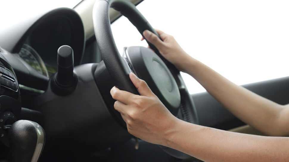 चालान कटने का आया अनोखा मामला, कार चालक ने नहीं पहना था हेलमेट, देना पड़ रहा फाइन