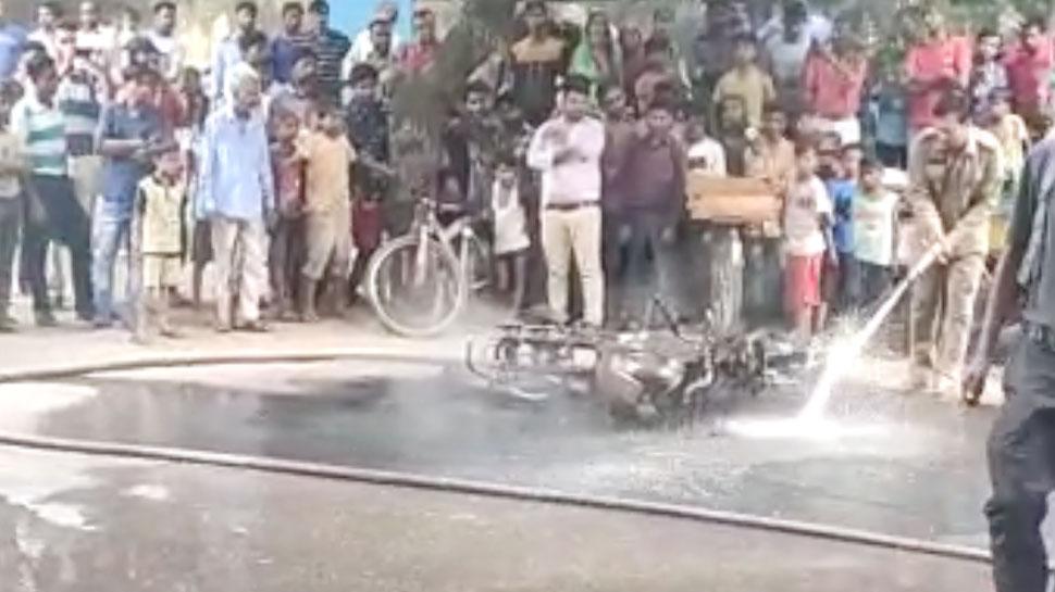 दिल्ली में ट्रैफिक पुलिस ने काटा चालान, गुस्से में आकर बाइक में लगा दी आग