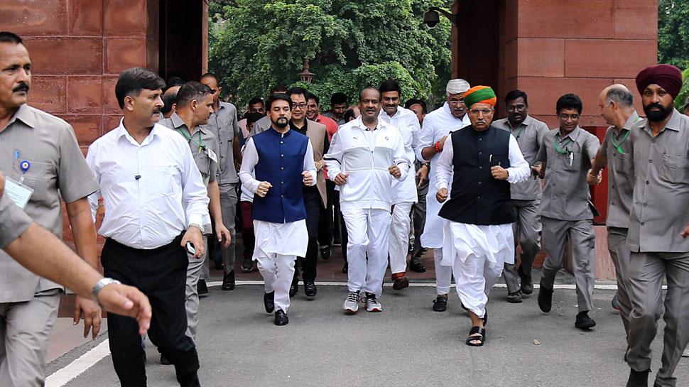 फिट इंडिया अभियान के तहत लोकसभा अध्यक्ष ओम बिरला ने लगाई सांसदों के साथ दौड़