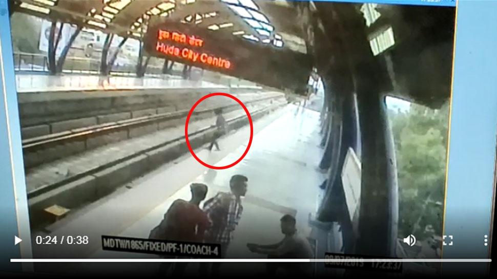 VIDEO: सामने से मेट्रो को आते देख प्लेटफॉर्म से कूद पटरी पर खुद लेट गई युवती...