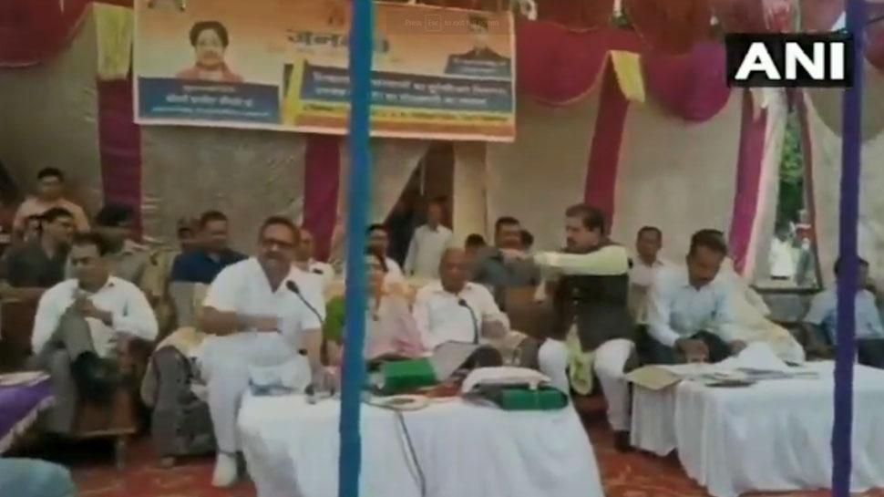 VIDEO: जनसमस्याएं सुलझाने के बजाय मंच पर आपस में भिड़ गए बीजेपी-कांग्रेस के नेता