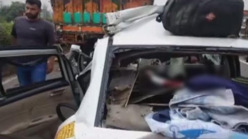 UP: हापुड़ में भीषण सड़क हादसा, खड़े ट्रक में जा घुसी तेज रफ्तार कार, 5 लोगों की  मौत