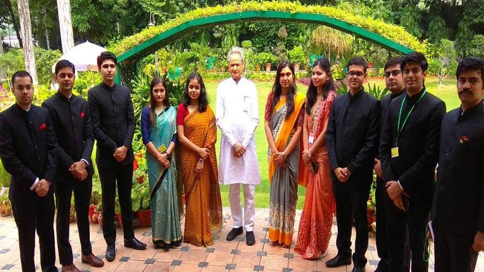 राजस्थान: प्रशिक्षु IAS अधिकारियों से सीएम अशोक गहलोत ने दिल्ली में की मुलाकात